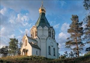 Никольская церковь встречает паломников у входа в Монастырскую бухту. Фото С. Компанийченко
