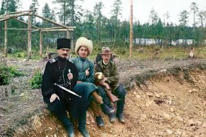 С.М. Прокудин-Горский (справа) с двумя участниками строительства Мурманской железной дороги. 1916 год