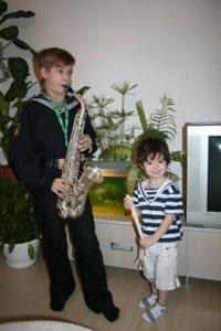 Савелий играет на саксофоне, Гордей на флейте