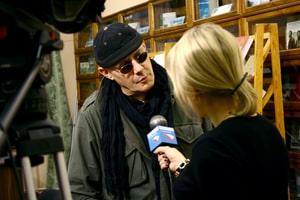 Мариуш Вильк дает интервью местному ТВ