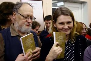 Историк Борис Гущин и журналист Анна Гриневич в ожидании автографа