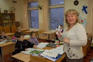 Людмила Юрьевна Чернышева учит второклассников английскому языку