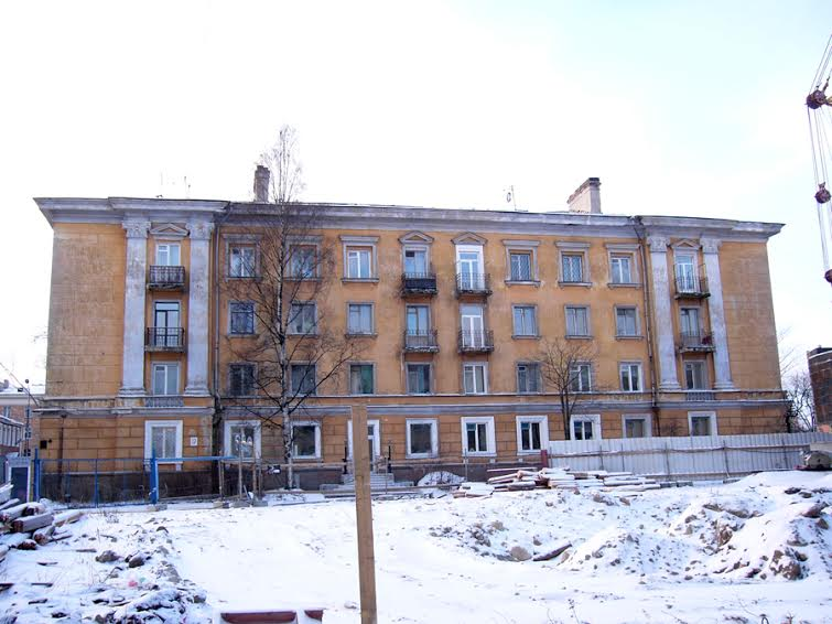 Дом №17 по улице Энгельса. Вид через площадку строительства «САНА-центра». 2009 год
