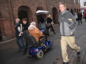 Центр Копенгагена. В инвалидной коляске за покупками