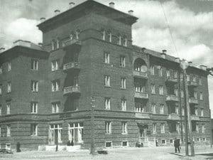 Дом Совнаркома в 1939 году (здание еще не отштукатурено). Фото из фондов Национального архива РК.