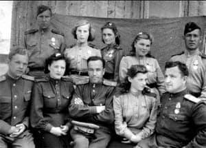 872-й штурмовой авиационный полк. Во втором ряду вторая слева – сержант Серафима Михайлова. 1945 год