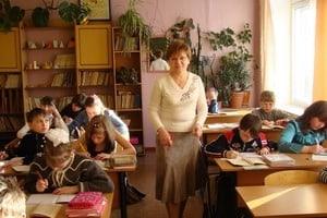 Урок в 5  классе ведет преподаватель математики Любовь Васильевна Годиева