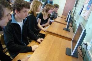 Старшеклассники в компьютерном классе
