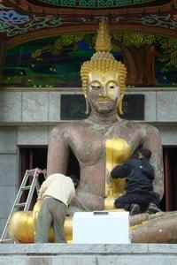 В одном из буддийских монастырей идет подготовка ко дню рождения Будды, который отмечается всей страной