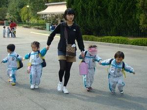 Корейцы спят меньше всех в мире. Много учатся. Дети с детства стремятся получить высшее образование – залог стабильной жизни в будущем. Каникулы только раз в году