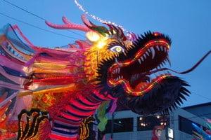 На параде Будды по вечернему Сеулу шествовали как настоящие цветные, горящие всеми цветами радуги слоны, драконы, чудные птицы