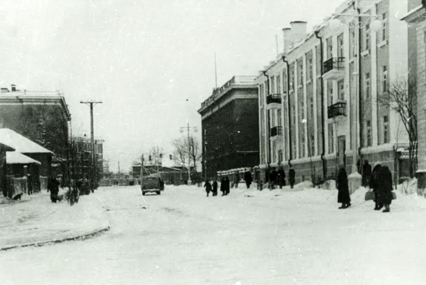 Улица Комсомольская в начале 1950-х. Справа – жилой дом №9 по ул. Андропова, за ним – административное здание МГБ. Фото из фондов Национального архива РК