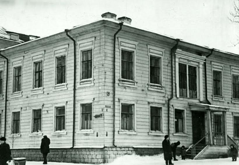 Типичный петрозаводский доходный дом XIX века. Теперь на этом месте стоит дом с «Подарками». Фото Е. Щеглова из фондов Национального архива РК. 1961 год