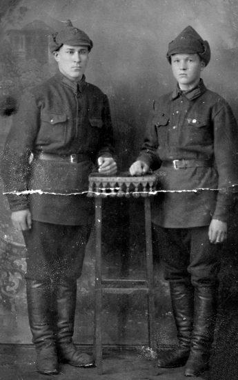 Григорий Харламов (справа) с сослуживцем