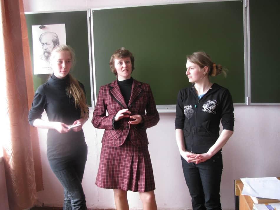 Юлия Викторовна Ефимова и ее выпускницы Настя Афанасьева (слева) и Анжелика Прусская