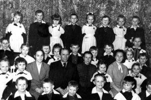 К.К. Завьялов среди первых воспитанников школы-интерната № 1 (1б класс). 1957 г. Из личного архива учителя класса М.Т. Иконниковой