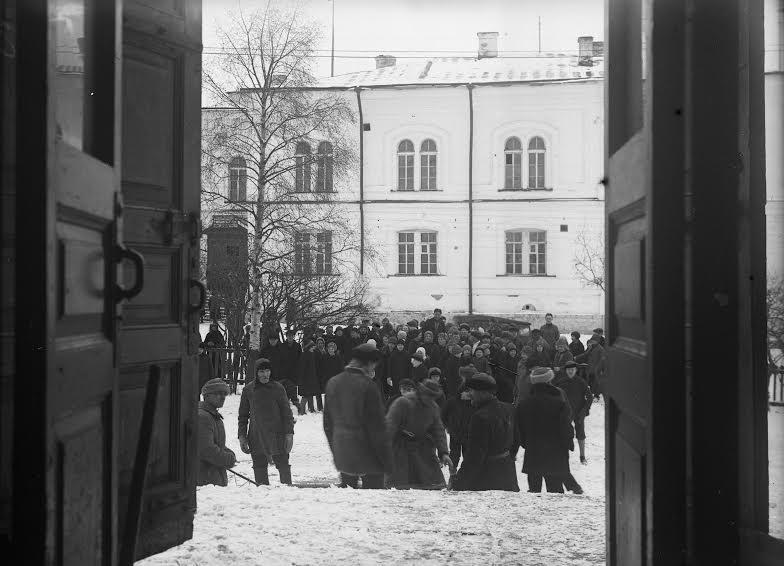 Вид на бывшую гимназию из дверей Святодуховского собора. 1930 год. Фото Г. Анкудинова. Национальный архив РК