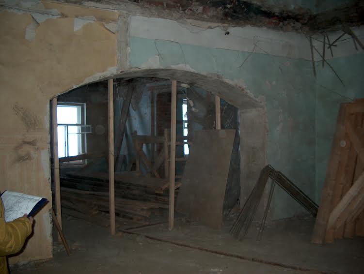 Арка в бывшей наборной обнаружилась во время разборки перегородок. 2002 год