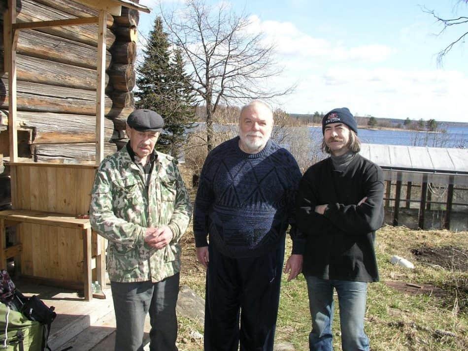 Одна из последних фотографий Василия Фирсова (на фото слева). 2010 год, деревня Намоево. В центре Юрий Линник, справа Дмитрий Москин
