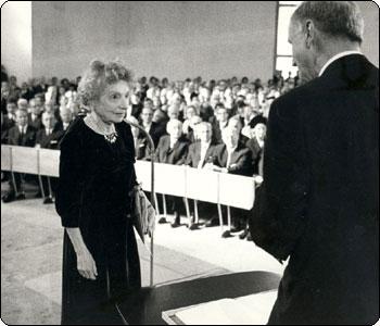 Нелли Закс на церемонии награждения Нобелевской премией