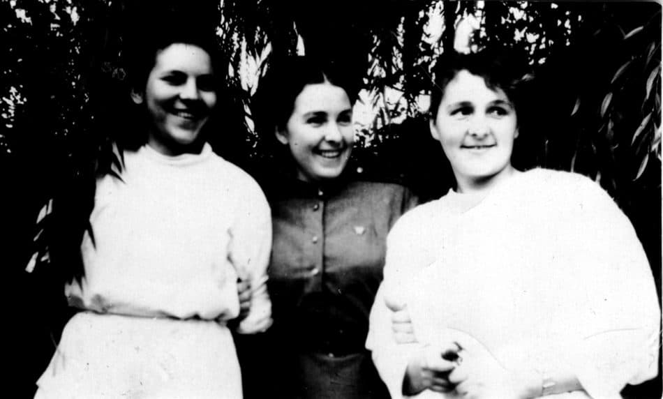 Ирина Гридчина (в центре) на фронте