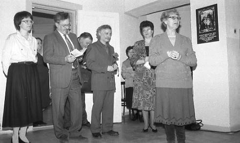 На открытии выставки в 1996 году. Слева направо: Татьяна Мошина, Олег Белонучкин, Лев Готгельф, министр культуры РК Татьяна Калашник. Выступает Наталья Ларцева