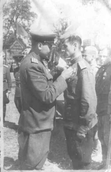 Михаил Фишман. Австрия, 1945 год, награждение орденом Боевого Красного Знамени