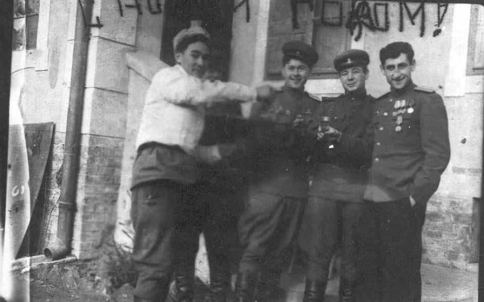 Михаил Фишман (справа) с товарищами после Орловских боев. 1943 год, осень