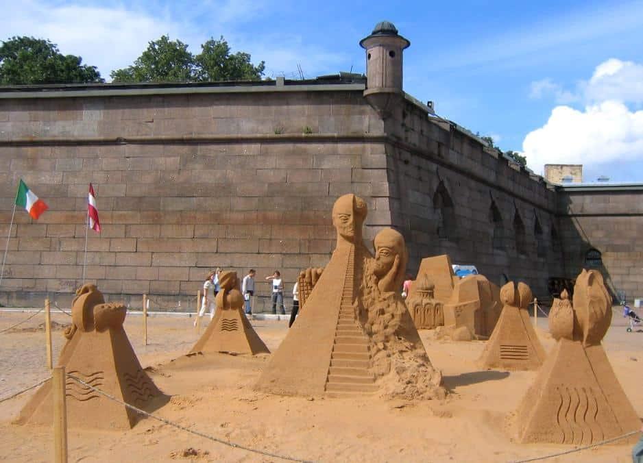 Скульптурная композиция «Революция эволюции – клон». IV Международный фестиваль песчаных скульптур, С.-Петербург, июль 2005 года