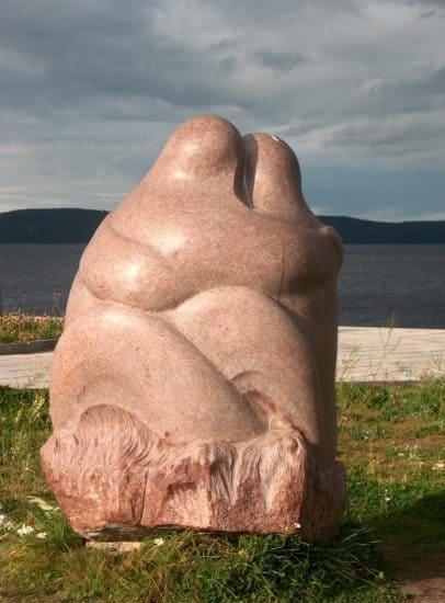 Скульптура «Поцелуй». Гранит. 2004 год