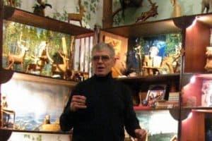 Анатолий Родионов показывает коллекцию домашнего музея бересты