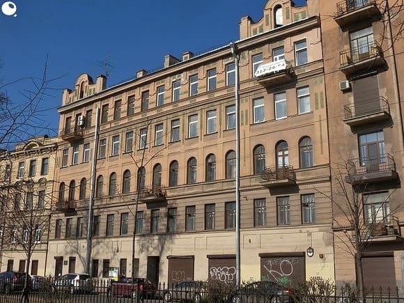 Дом 69, в котором он жил в 1917 на Кронверкском проспекте, стоит и поныне. Совсем рядом с Петропавловской крепостью