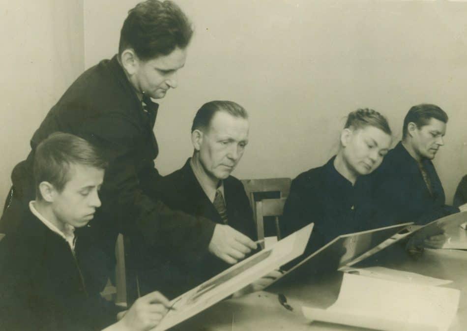 Эта фотография сделана в Сортавальской изостудии в 1956 году. «На память лучшему моему ученику Саше Харитонову. Т. Хяняройнен» (фамилия возможно не точна).