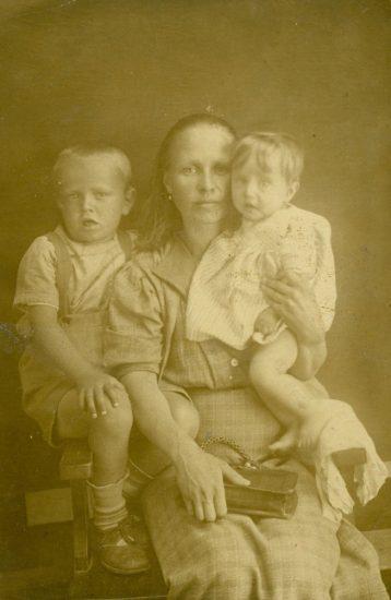 На снимке 8-месячный Алик со своей мамой Серафимой и 6-летним братом, моим дедушкой Константином Харитоновым. Фотография сделана в 1941 году специально для Павла Харитонова, моего прадедушки. Тогда он был на фронте и эту фотографию бережно хранил.