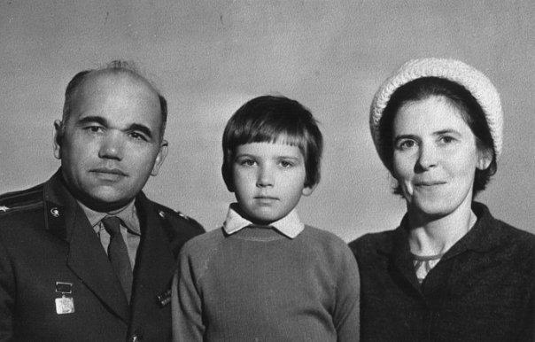 С мамой и папой. В этом возрасте мне очень хотелось быть мальчиком.