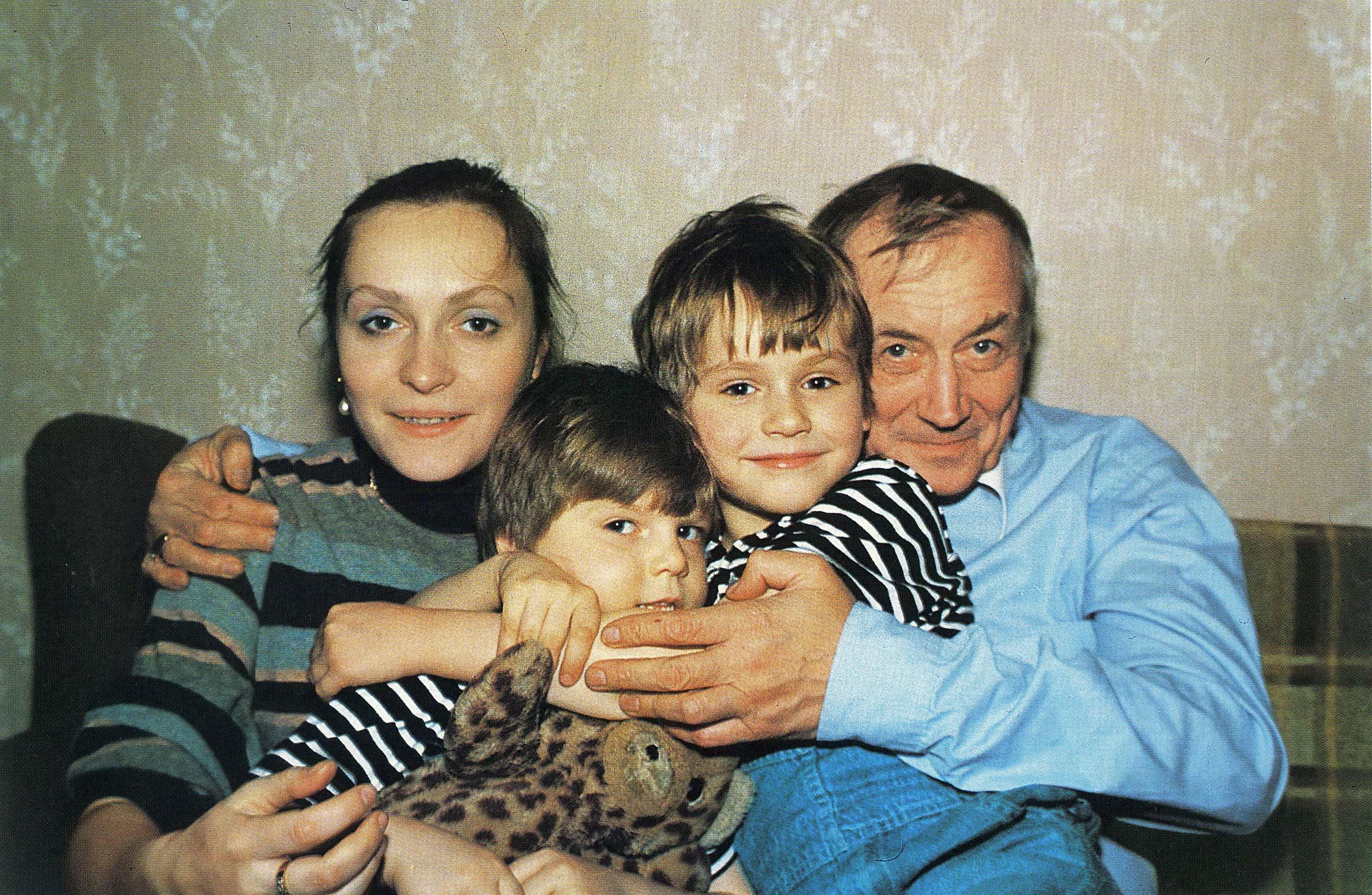 Евгений Евтушенко с женой и детьми. Фото Семена Майстермана