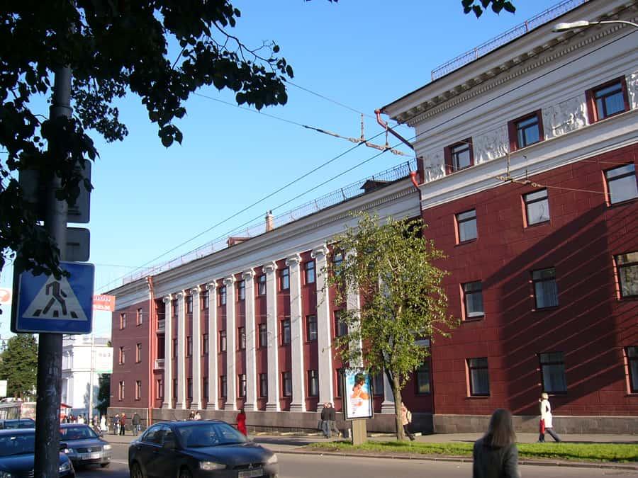 Фасад по пр. Ленина. Четко прослеживается намерение К. Гутина обозначить разрыв по высоте