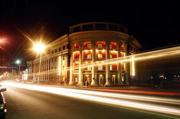 Ночью при светящихся мансардных окнах гостиница потеряет свою классическую композицию. Фото Владимира Ларионова