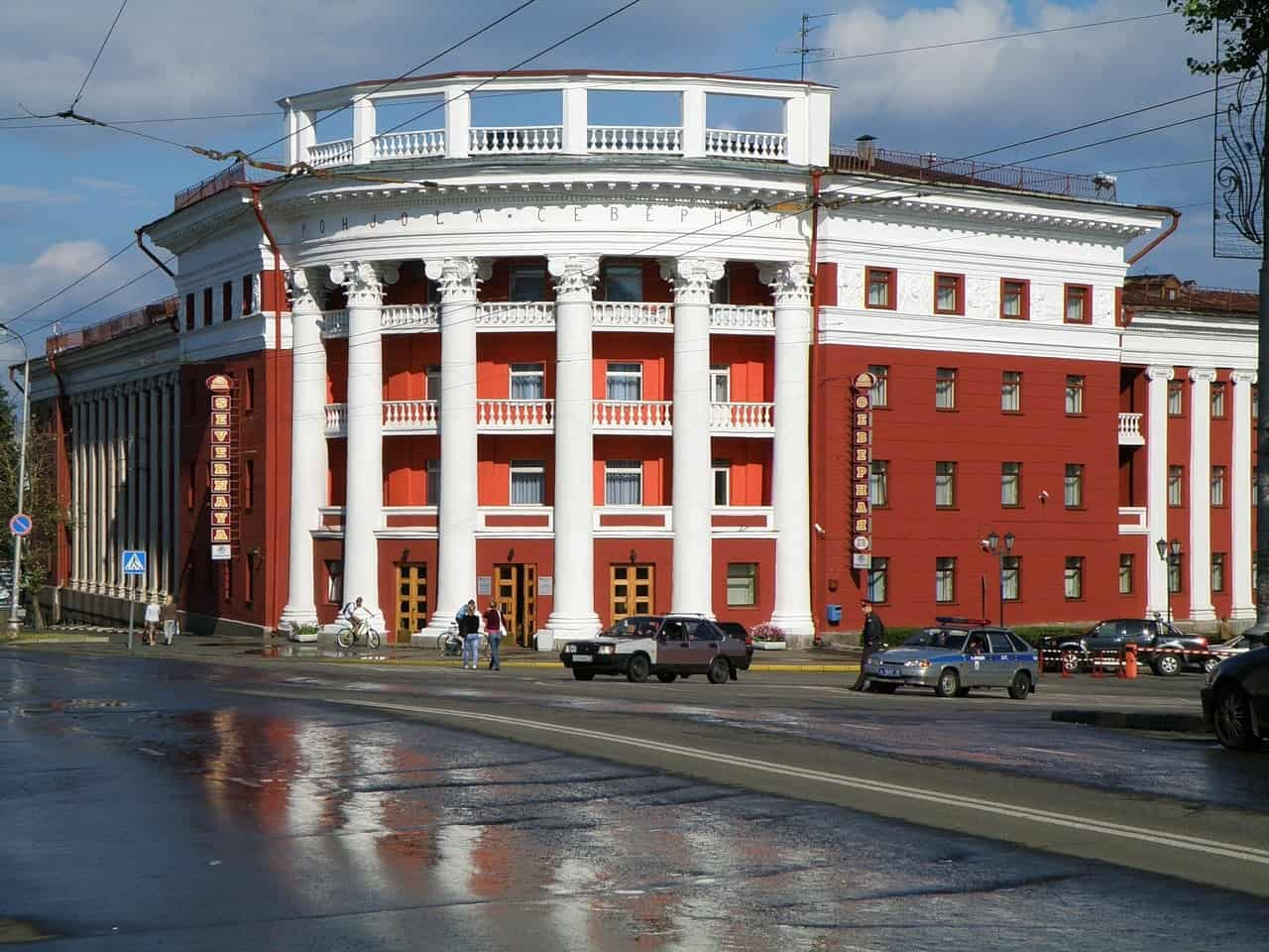 Одна из наилучших точек визуального восприятия гостиницы. Главный фасад - угловая закругленная 4-этажная часть - решен в виде изогнутого портика с аттиком. Фото: hotel-inn.ru
