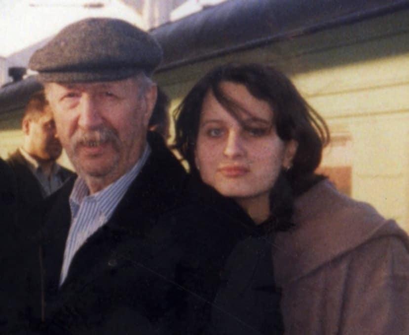 Михаил Швейцер и Инна Фрадкова на вокзале в Москве