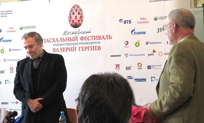 Виктор Васильев вручает Валерию Гергиеву книгу о поморах и диск с записями Поморского хора