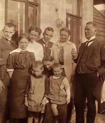 Братья Думрезе рядом с бабушкой Фридой.1914 год