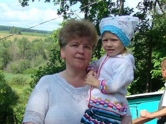 С Дашей, маленькой жительницей села Плешивцы.