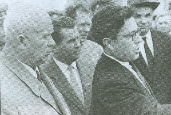 Посещение ОТЗ Н.С. Хрущевым, 1962 год. Слева направо: Н.С. Хрущев, И.И. Сенькин и Б.Н. Одлис