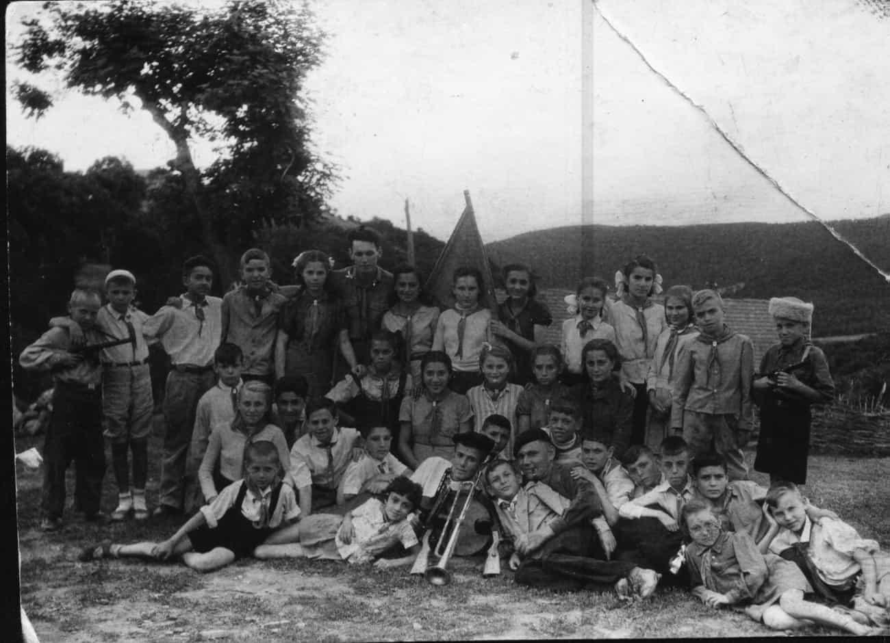 В пионерлагере. Котэ на снимке нет, так как он фотографирует. 1945 год