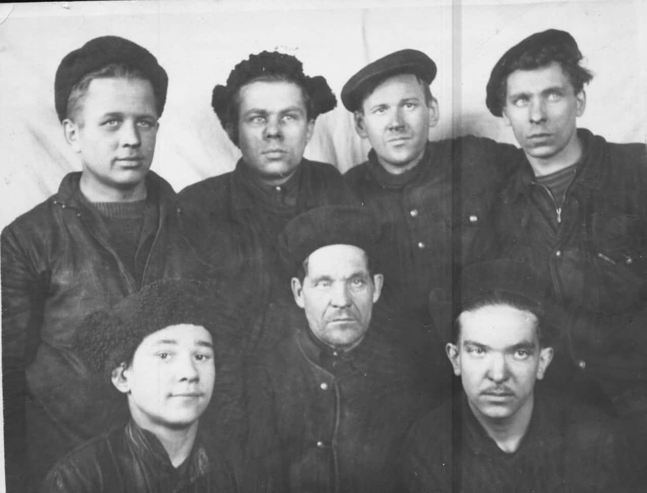 Коллектив электроцеха, в центре мастер Александр Павлович, стоит крайний слева Леня. Игорь Григович в первом ряду крайний справа. 1950 год