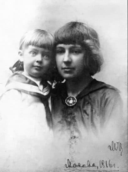 Ариадна Эфрон с матерью Мариной Цветаевой. Ариадне здесь 4 года. Фото: sgt-lebe.livejournal.com/129067.html