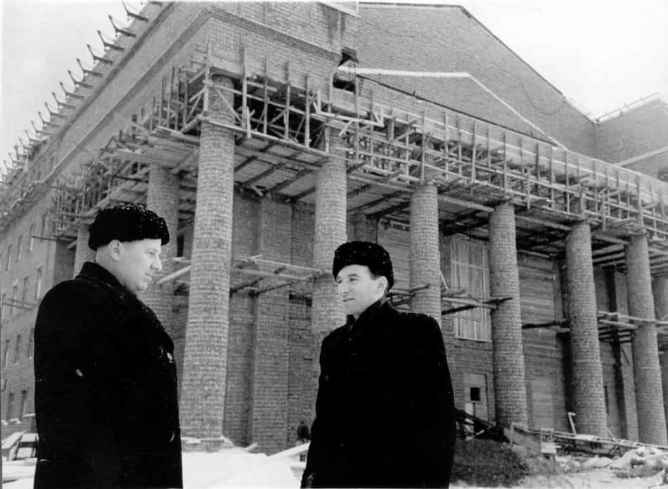 Сергей Звездин (слева) с архитектором Саввой Бродским на строительстве Музыкально-драматического театра.