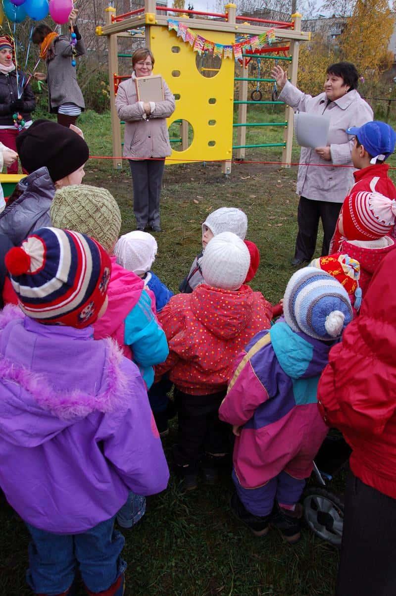Экстрасенс подарил детям площадку