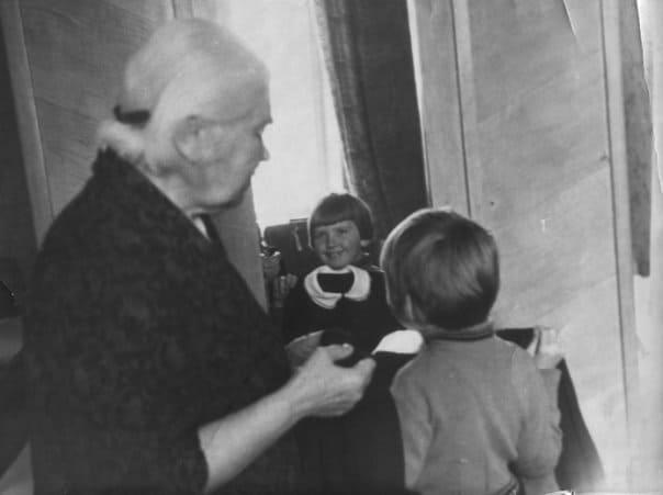 Надежда Мавтеевна Свинцова с внучкой Юлией, 1968 год